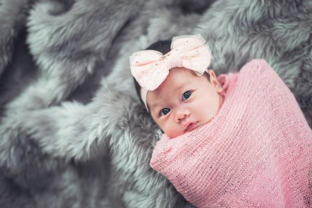 Portrait de bébé mignon sur le lit