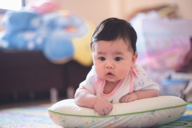 Portrait de bébé mignon sur le sol
