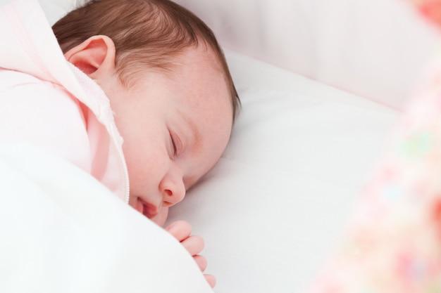 Portrait de bébé nouveau-né endormi