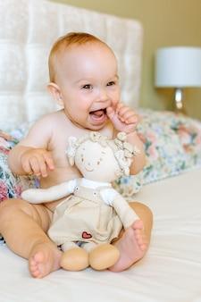 Portrait d'un bébé rampant sur le lit dans sa chambre