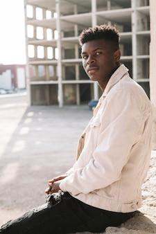 Portrait de bel adolescent posant