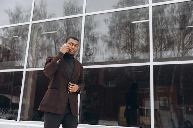 Portrait de bel homme d'affaires afro-américain.
