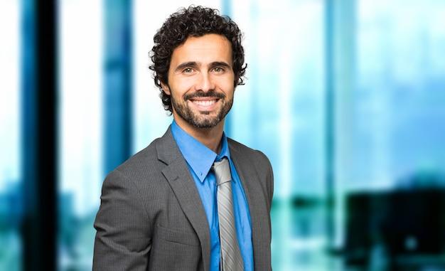 Portrait d'un bel homme d'affaires dans un bureau moderne