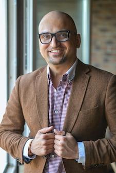 Portrait de bel homme d'affaires décontractée avec des lunettes