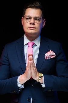 Portrait de bel homme d'affaires montrant des signes sur fond noir
