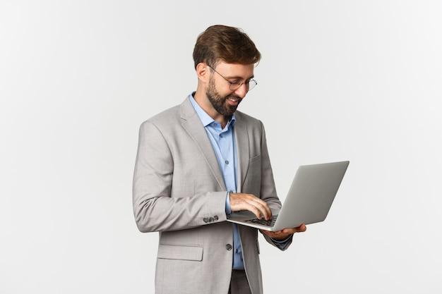 Portrait de bel homme d'affaires prospère travaillant