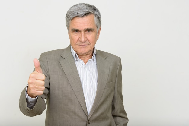 Portrait de bel homme d'affaires senior donnant les pouces vers le haut