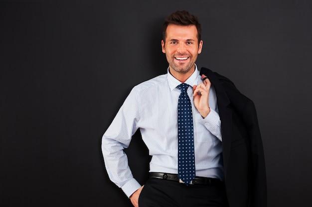 Portrait de bel homme d'affaires souriant
