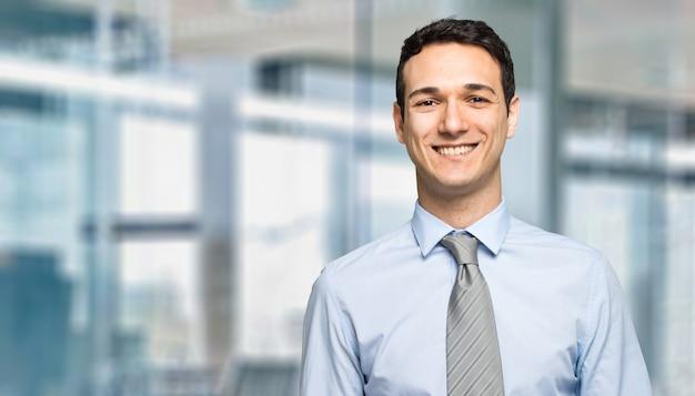 Portrait d'un bel homme d'affaires