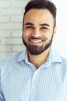 Portrait de bel homme afro-américain noir