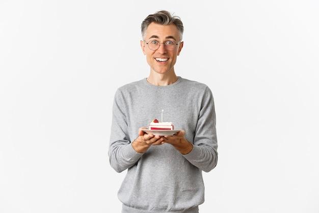 Portrait de bel homme d'âge moyen à la surprise et heureux