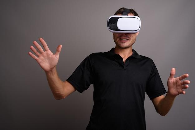 Portrait de bel homme à l'aide d'un casque de réalité virtuelle