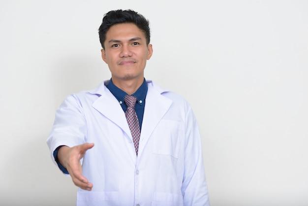 Portrait de bel homme asiatique médecin donnant la poignée de main