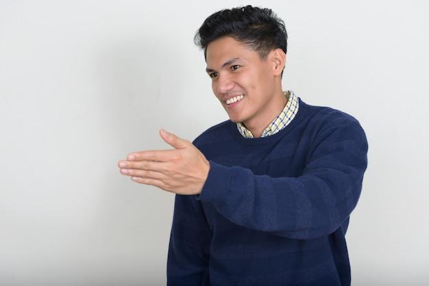 Portrait de bel homme asiatique avec pull