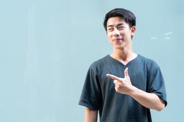 Portrait de bel homme asiatique