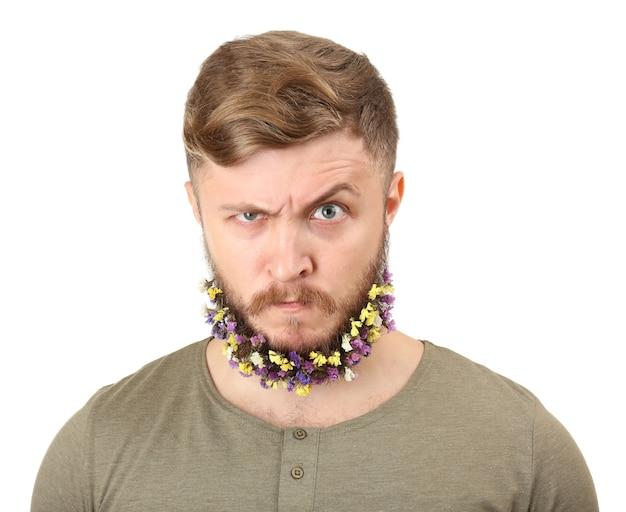 Portrait de bel homme avec barbe de fleurs isolé sur blanc