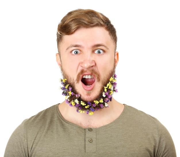 Portrait de bel homme avec barbe de fleurs isolé sur surface blanche