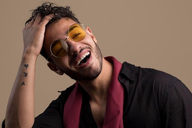 Portrait d'un bel homme cool avec des lunettes de soleil