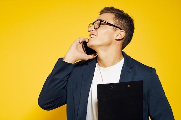 Portrait de bel homme en costume, homme d'affaires sur le mur isolé jaune