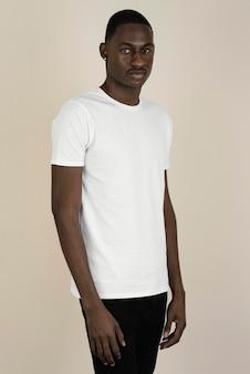 Portrait de bel homme dans un t-shirt