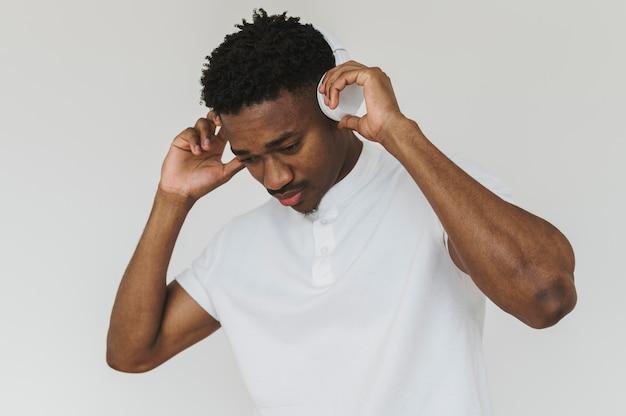 Portrait de bel homme écoutant de la musique au casque