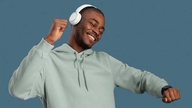 Portrait de bel homme avec des écouteurs dansant