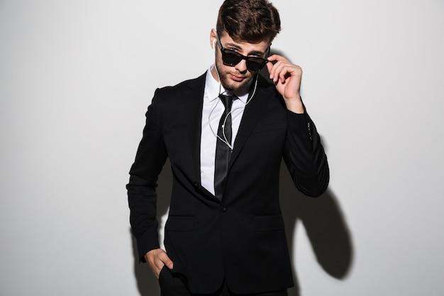 Portrait d'un bel homme élégant en costume-cravate