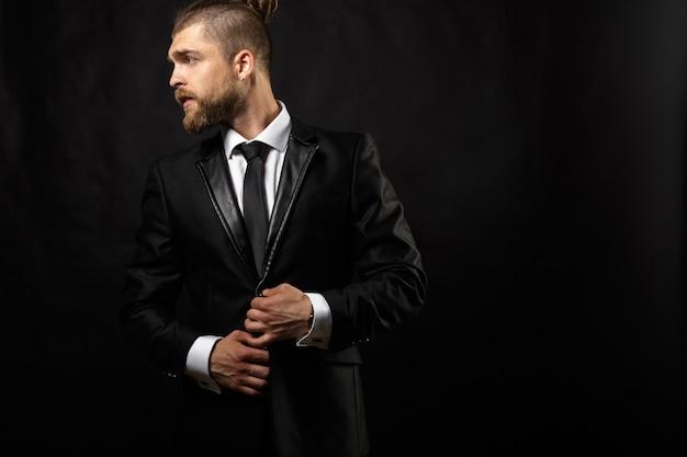 Portrait de bel homme élégant