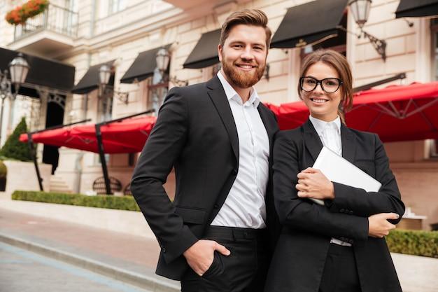 Portrait d'un bel homme et femme portant des vêtements intelligents