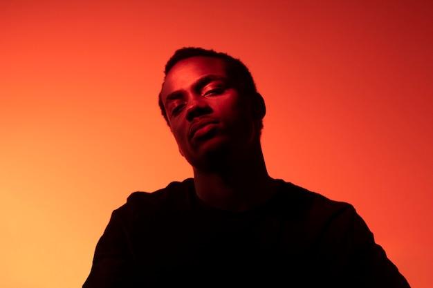 Portrait De Bel Homme Sur Fond Orange Photo gratuit