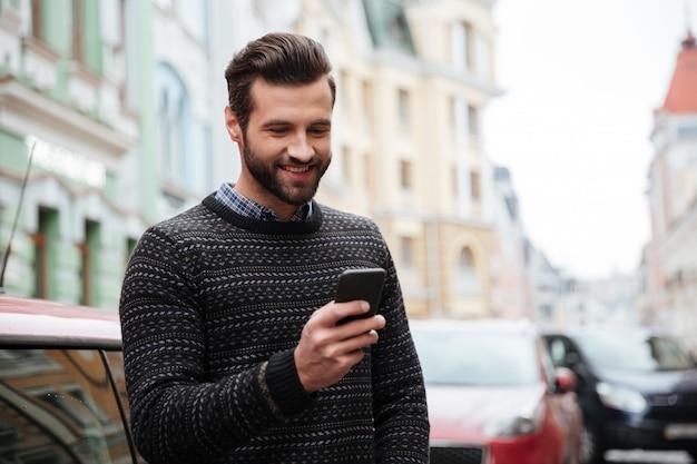 Portrait d'un bel homme heureux en pull