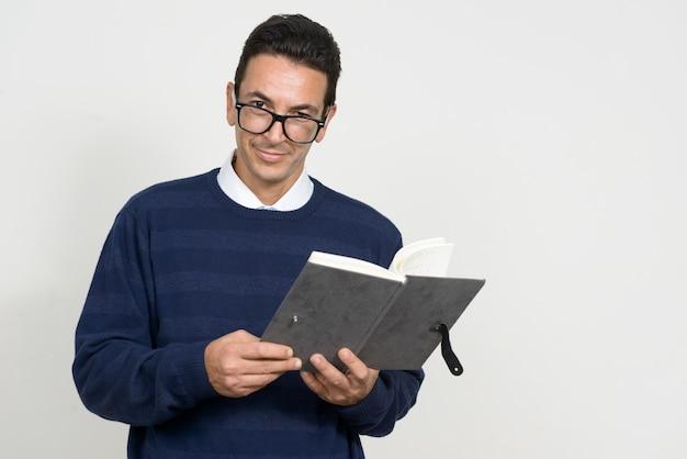 Portrait de bel homme mature avec livre de lecture de lunettes