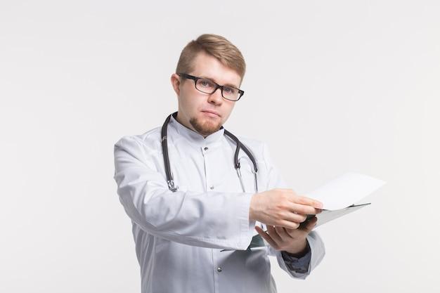 Portrait de bel homme médecin