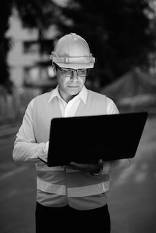 Portrait de bel homme persan ouvrier du bâtiment sur le chantier en noir et blanc
