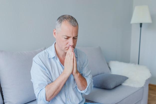 Portrait d'un bel homme en prière