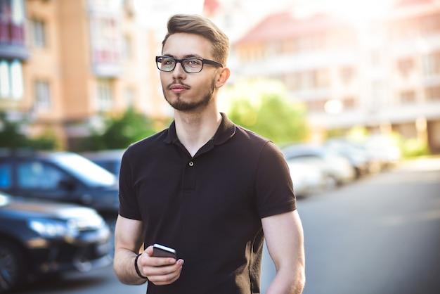 Portrait de bel homme de race blanche rue rue