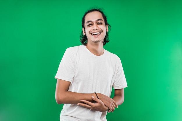 Un portrait d'un bel homme avec ses bras croisés riant fort