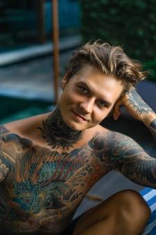 Portrait d'un bel homme tatoué