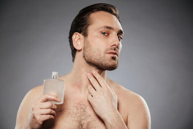 Portrait d'un bel homme torse nu