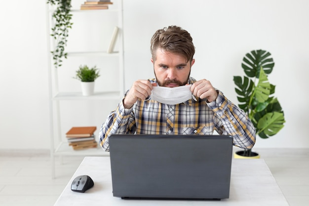 Portrait de bel homme travaillant à domicile