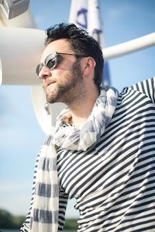Portrait d'un bel homme sur un yacht