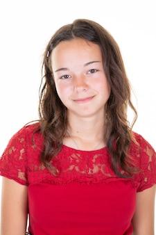 Portrait de la belle adolescente souriante en fond isolé blanc