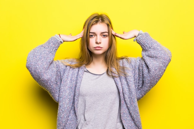 Portrait d'une belle adolescente thinkinh isolé