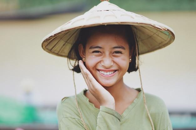 Portrait d'une belle agricultrice birmane au myanmar