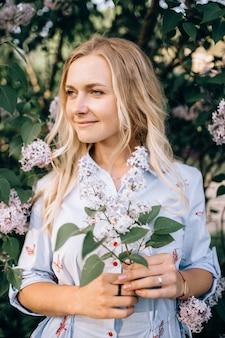 Portrait d'une belle blonde à l'extérieur dans le parc