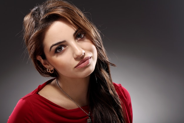 Portrait de la belle brune aux cheveux longs