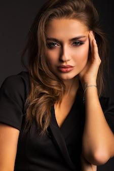 Portrait d'une belle brune. femme luxueuse avec de belles lèvres.