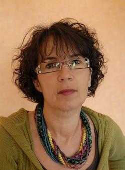 Portrait de la belle brune mature avec des lunettes