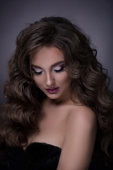 Portrait de belle brune en robe noire