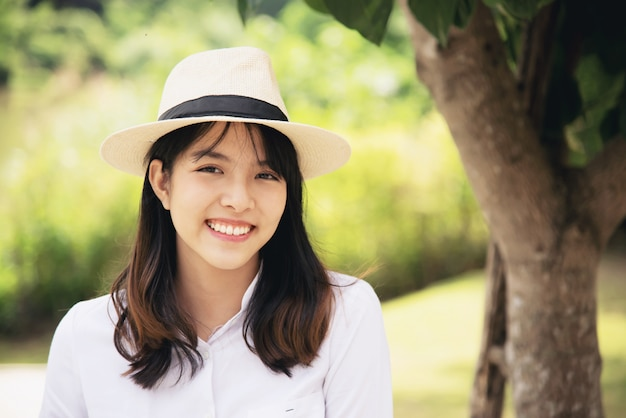 Portrait belle dame belle jeune fille au style de vie heureux